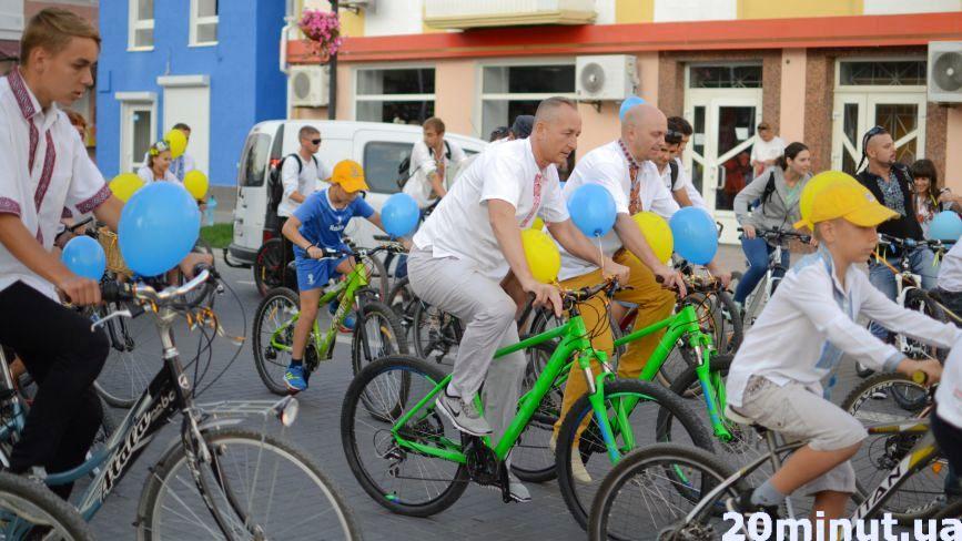 Велосипедисти у вишиванках обкатали вулиці Кам'янця
