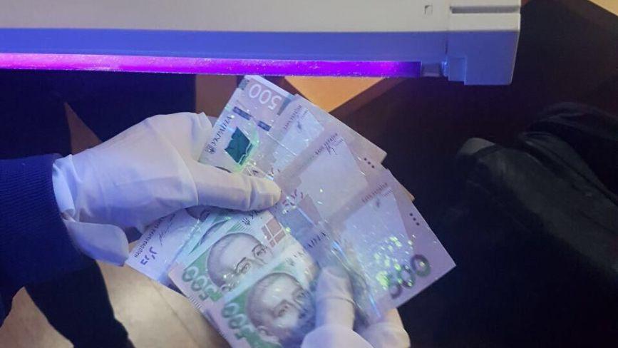 """2 тисячі гривень хабаря: посадовця Кам'янець - Подільської райдержадміністрації затримали """"на гарячому"""" (ФОТО)"""