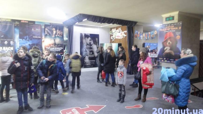 """Юним кам'янчанам безкоштовно показали """"Пригоди Паддінгтона 2"""""""