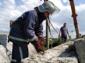 """Фотофакт: надзвичайники звільнили цуценя з """"бетонної пастки"""""""