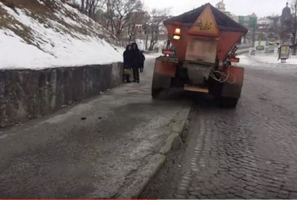 У Кам'янці комунальники посипали тротуари після зауваження міського голови