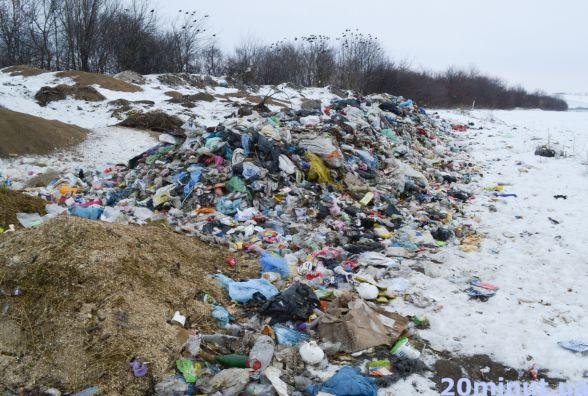 У селі під Кам'янцем з'явилося 40 тонн сміття. Підозрюють, що непотріб привезли зі Львова