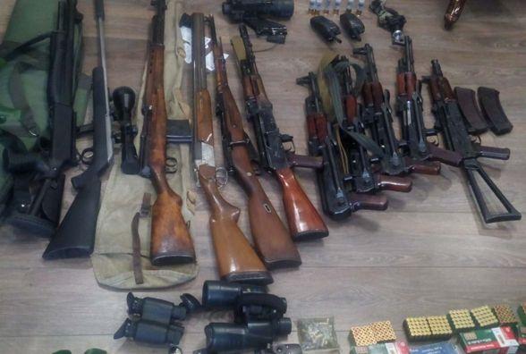 Гранати, пістолети, снайперські приціли. У кам'янчанина вилучили арсенал зброї (ФОТО)