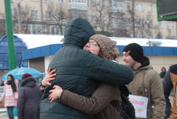 Теплі обійми та валентинки. Молодь вітала кам'янчан із Днем закоханих