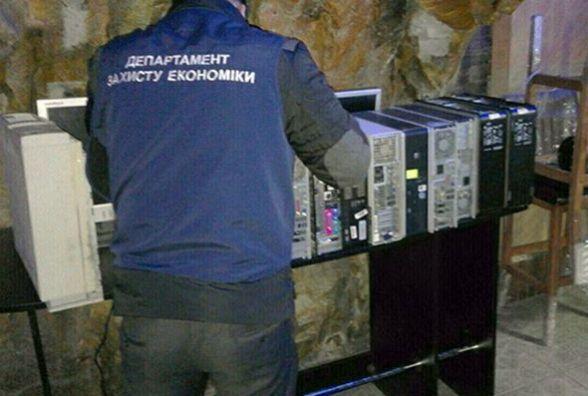 У підвалі магазину в Кам'янці виявили гральну залу (ФОТО)