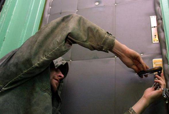 З квартири кам'янчанина злодій виніс прикрас на майже 8 тисяч гривень