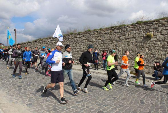 З Кам'янця до Хотина бігли спортсмени. У місті пройшов напівмарафон