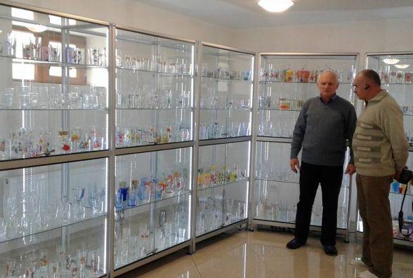 У Кам'янці ще один рекорд: чоловік має колекцію із 1033 унікальних склянок