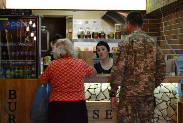 Фотофакт: кам'янецке бургер-кафе безкоштовно пригощав АТО-вців та пенсіонерів