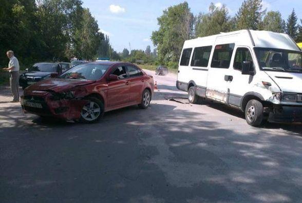 У Кам'янці сталася ДТП  за участі маршрутки. Пасажирка потрапила до лікарні (ФОТО)