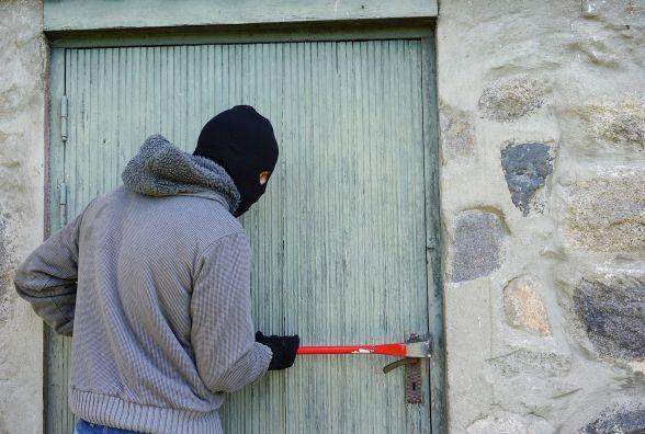 Елетродриль, шліфмашинка, завіси на двері: на Кам'янеччині «обчистили» підсобку