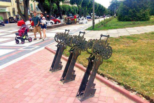 Сергій Бабій: «Там від Середньовіччя - тільки назва». Кам'янець оновився велопарковками у формі ключів (ФОТО)