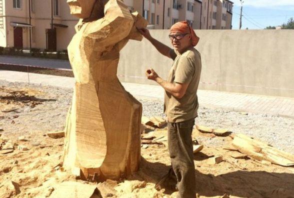 Фото дня: У Кам'янці скульптори працюють над дерев'яними образами