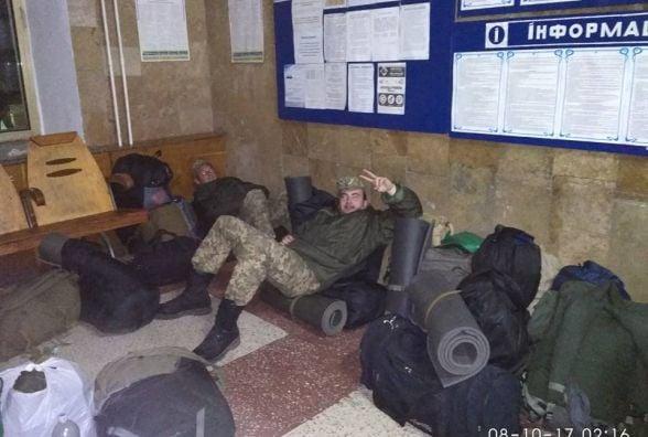 Військовслужбовцям, які їхали до Кам`янця три дні, ледь не довелося заночувати на вокзалі