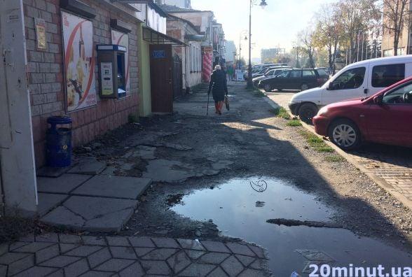 """""""Неєвропейський тротуар"""" напроти Євроскверу: коли кам'янчанам чекати на ремонт?"""