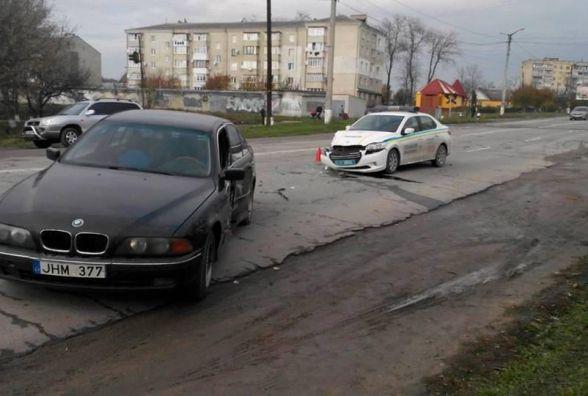 """У Кам'янці зіткнулись """"BMW"""" та службове авто державної охорони"""