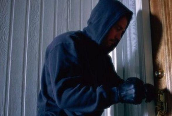 Злодій обікрав квартиру кам'янчанки на понад 100 000 гривень