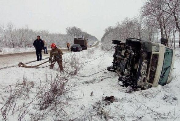 Через складні погодні умови поблизу Кам'янця перекинувся автомобіль