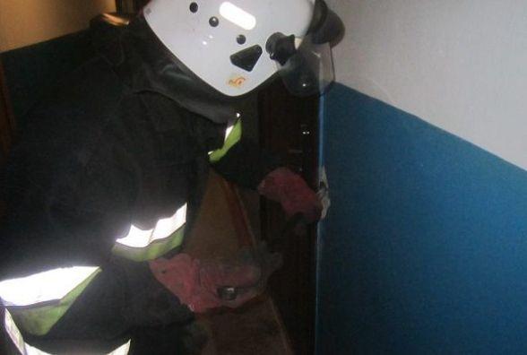 У Кам'янці рятувальники звільнили дворічну дівчинку із зачиненої квартири