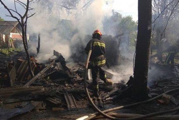 У Кам'янці горіла господарча будівля. Вогонь загрожував сусіднім спорудам (ФОТО)