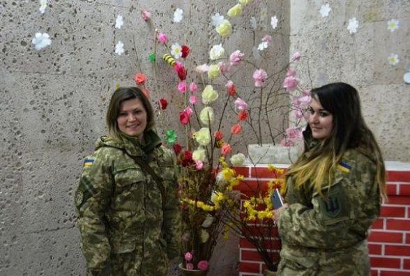 У Кам'янці привітали зі святом весни жінок-військовослужбовців