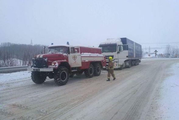 Неподалік Кам'янця через погодні умови знадобилася допомога двом машинам