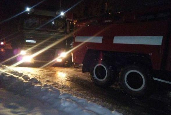 Внаслідок снігопаду поблизу Кам'янця застряг великогабаритний автомобіль