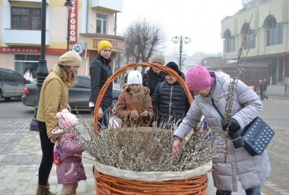 У Кам'янці пройшла акція до вербної неділі: з велетенського кошика брали лозу