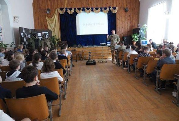 Військовослужбовці Кам'янця пояснювали дітям правила при виявлені вибухонебезпечних предметів