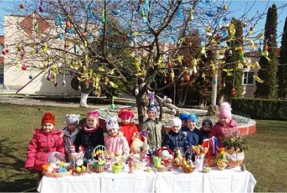 Дошкільнята Кам'янця до Великодня прикрасили дерева міста