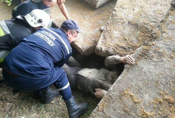 У Кам'янці рятувальники визволяли чоловіка з-під залізобетонної плити