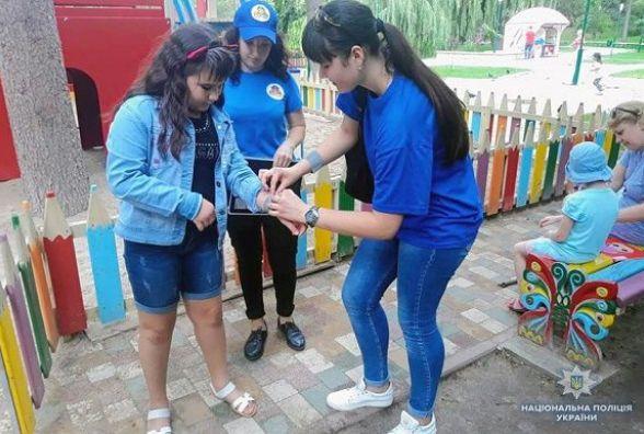 У Кам'янці молодь провела акцію проти дитячого травматизму «Не будь тінню»