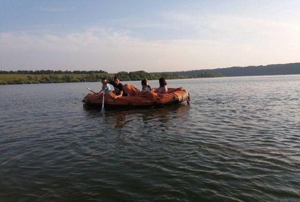 Надзвичайники на Кам'янеччині врятували 5-тьох людей із напівспущеного човна