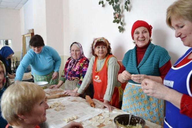 На Кам'янеччині наліпили 10 тисяч вареників. Страву готували для українських військових в зоні АТО