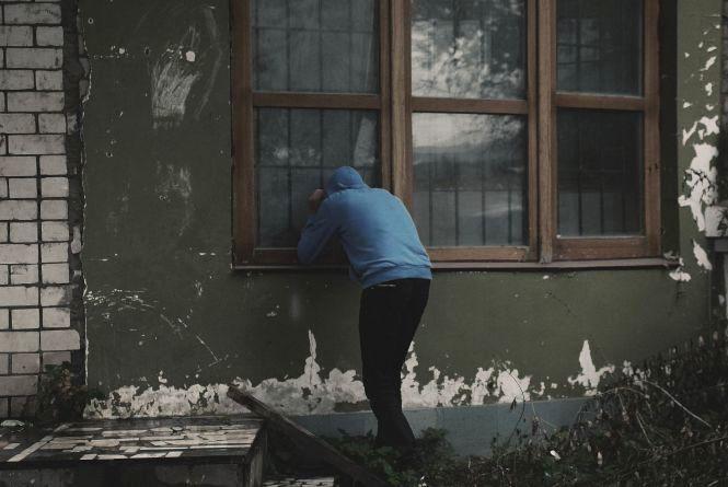 На Кам'янеччині обікрали будинок. Зловмисник виніс навіть засоби для прибрання