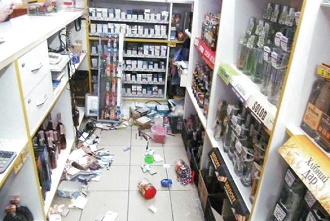 У Кам'янці жінка напідпитку влаштувала погром у магазині (ФОТО)