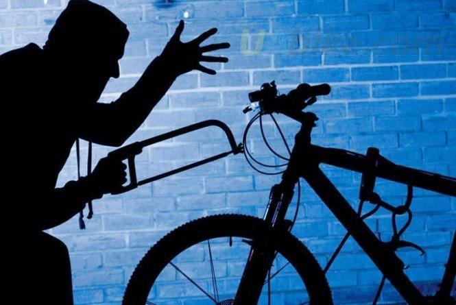 У Кам'янці крадій проник до кладовки і вивіз звідти велосипед