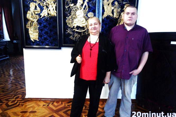 Наталя Лашко: «Соломою треба думати». У Кам'янці відкрили виставку картин, вишитих соломою