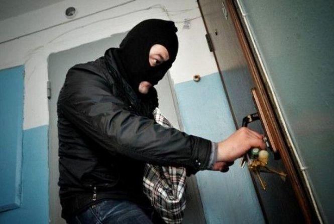 Квартиру кам'янчанки обікрали на 240 тисяч гривень