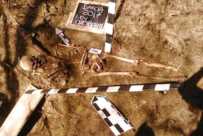 У Бакоті археологи виявили давньоруське поховання. Дослідники натрапили на могилу матері з дитиною (ФОТО)