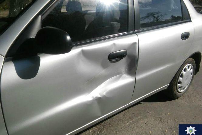 У припарковане авто кам'янчанина в'їхав автомобіль. Винуватець втік із місця ДТП
