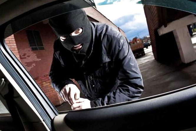 Кам'янецька поліція розшукує крадене авто