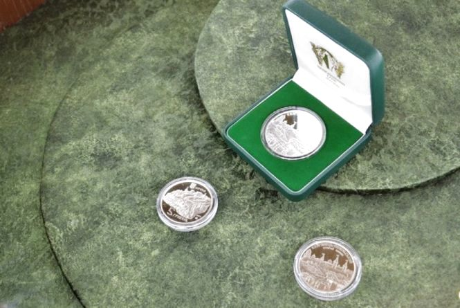 У музеї презентували монету із зображенням кам'янецької фортеці