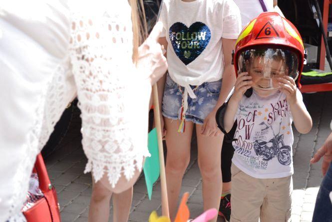 Із дресированими вівчарками та відбитками пальців: у Кам'янці почали відзначати День захисту дітей