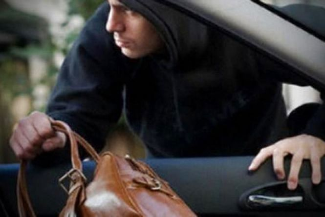 У Кам'янці злодій з автівки поцупив жіночу сумку. В сумці було 190 000 гривень