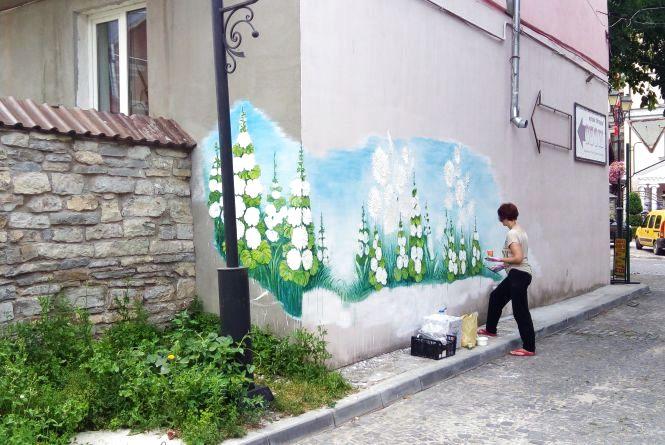 Фото дня: квітами по стінах. У Кам'янці з'явиться ще один стінопис