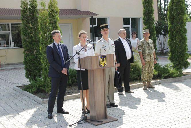 До Кам'янця завітала Посол Франції в Україні. Ізабель Дюмон передала саперам захисне спорядження