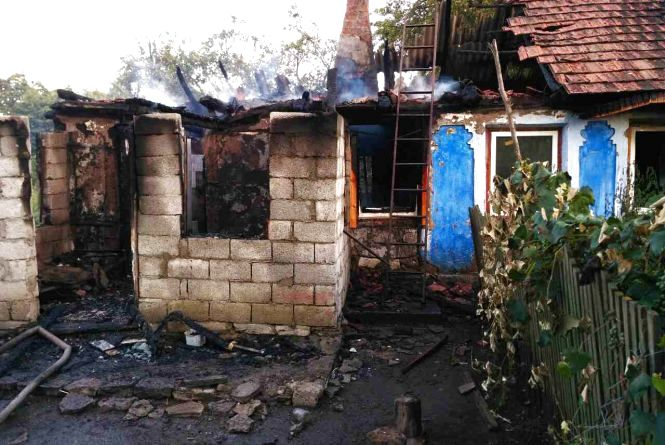 На Кам'янеччині горіла хата. Унаслідок пожежі постраждала жінка