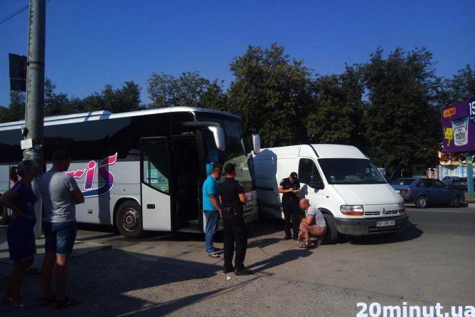 """У Кам'янці сталась ДТП. Зіткнувся автобус із відпочивальниками та """"Renault"""""""
