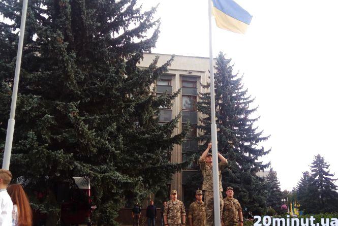 Фото дня:  у Кам'янці урочисто підняли Державний Прапор України